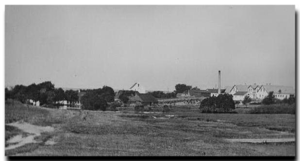 e67c12773b7 Til venstre ligger den gamle mølle, der leverede den første strøm til byen.  Til højre ligger hotellet, og i midten ses mejeriet med den ...